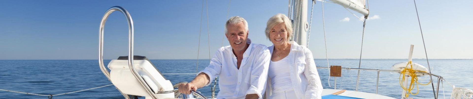 Man en vrouw die de wereld over zeilen